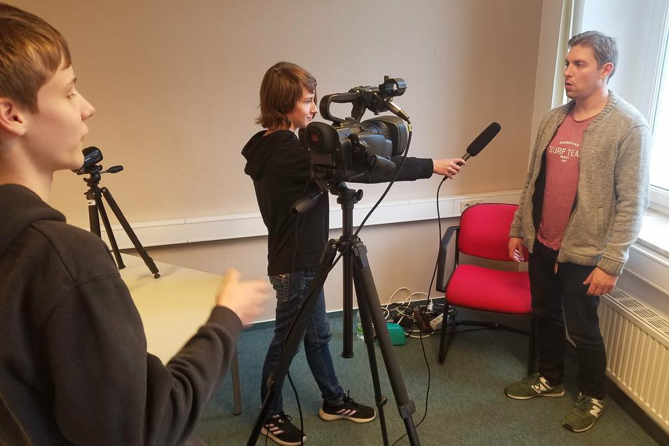Luca Klare und Alexandra Ihme von der Oberschule Am Merzdorfer Park trainierten mit John Weickardt (SAEK – v.l.n.r.) Interviewsituationen mit der Kamera.