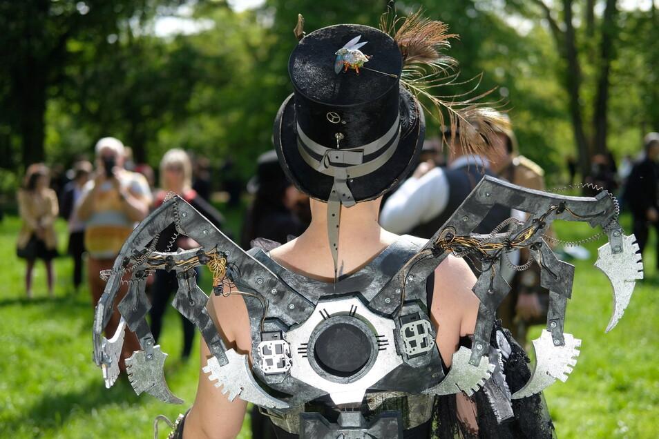Sachsen, Leipzig: Anhänger der ·Schwarzen Szene· versammeln sich in einem Park. Das traditionelle Wave-Gotik-Treffen fällt wie im vergangenen Jahr pandemiebedingt aus. Dennoch treffen sich viele Fans zu Pfingsten in der Messestadt.