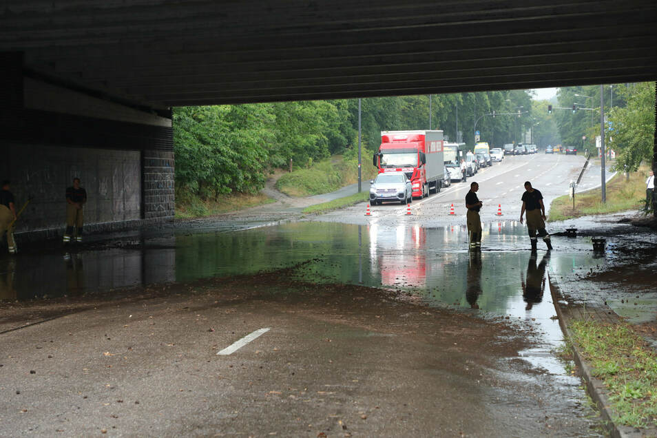 Auf der Moritzburger Landstraße war die Unterführung unter der Autobahn vollgelaufen.
