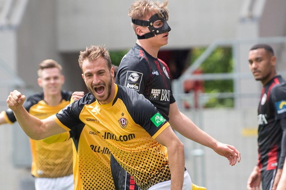 Pascal Sohm jubelt nach seinem Treffer zum 1:0, es ist zugleich das Siegtor für Dynamo.