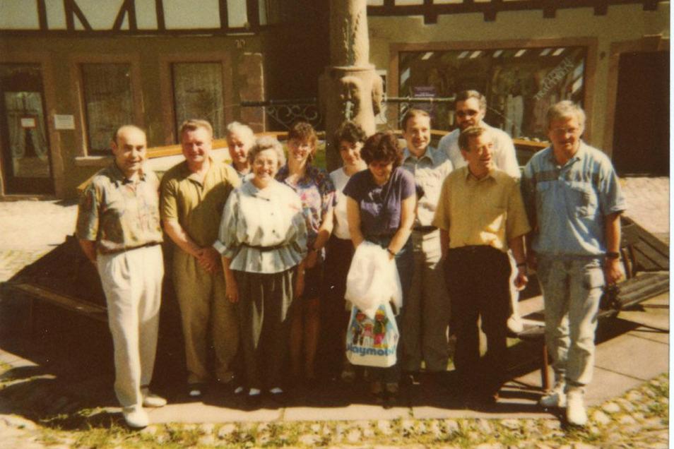 1990 gehen Schiltach und Geising eine Partnerschaft ein. 1991 besuchen die Geisinger den Schwarzwald. Schiltachs Bürgermeister Peter Rottenburger (2.v.r.), dahinter Stadtkämmerer Gerhard Daniels, links daneben Geisings Bürgermeister Reiner Fischer.