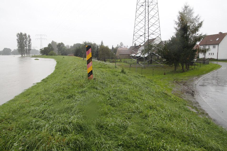 Ein Bild vom September 2010: Damals hielt der Deich die Neiße hinter dem Damm, nachdem das Wasser einen Monat zuvor darüberschwappte.