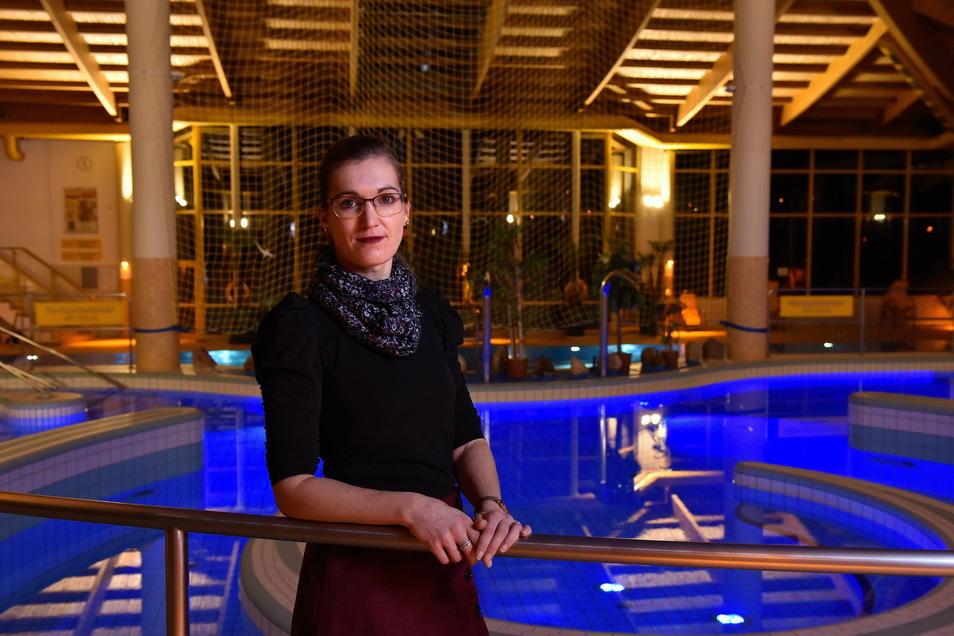 Ganz allein im Erlebnisbad steht hier Marlen Alexander, die Geschäftsführerin der Weißeritztal Erlebnis GmbH. Ihr Unternehmen steckt in einer schwierigen Situation.