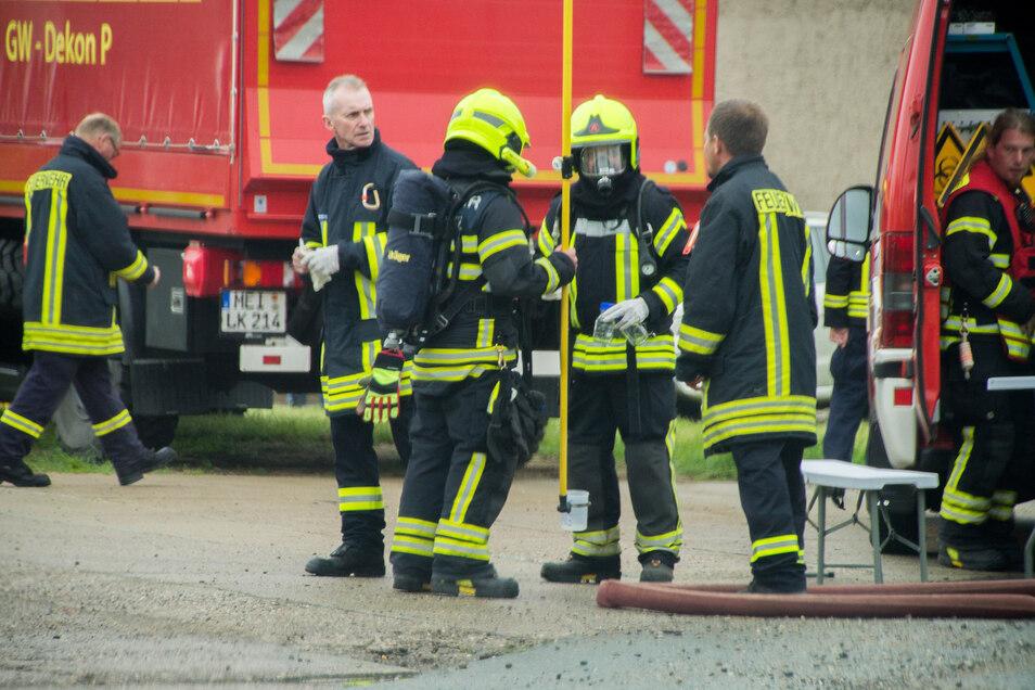 Feuerwehrleute im Einsatz an einem Firmengelände an der Sahlassaner Straße.