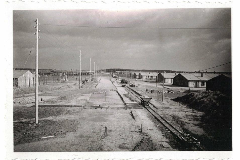 Zehntausende Gefangene vor allem aus der Sowjetunion waren im Lager Stalag IV H in Zeithain untergebracht. Nach dem Krieg wurden Baracken und gemauerte Gebäude abgerissen, auf dem Areal übte die Sowjetarmee anschließend das Panzerfahren.