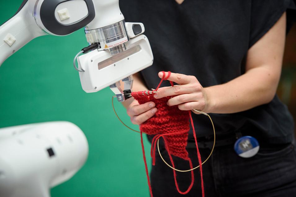 Ein Roboterarm wurde auf Strickmuster trainiert und strickt gemeinsam mit einem Menschen. Auch in der Hochschule Mittweida gibt es am Freitagabend zur langen Nacht der Wissenschaften viel zu entdecken.