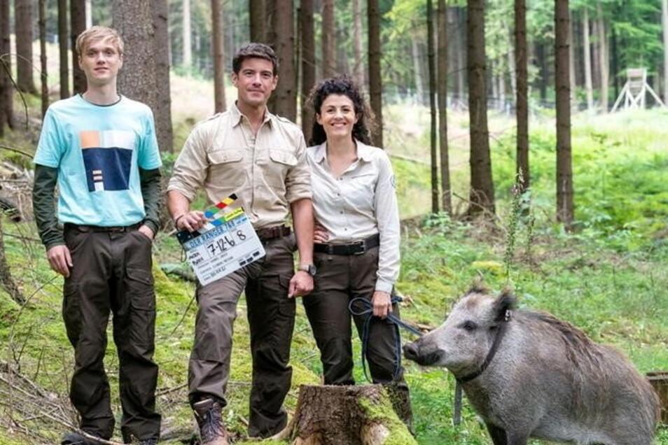 """Die Sächsische Schweiz hat ihn zurück: In """"Der Ranger - Paradies Heimat"""" steht Hauptdarsteller Philipp Danne (Mitte) zusammen mit Dennis Hofmeister und Liza Tzschirner aktuell vor der Kamera."""