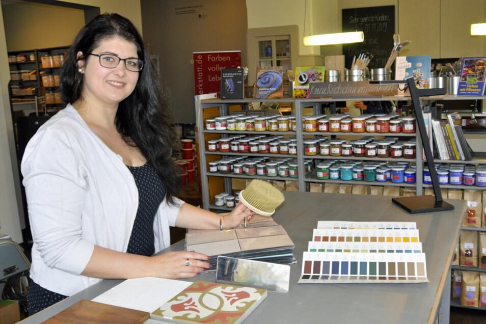 """Derzeit arbeitet Rebecca Epperlein als Beraterin in dem Dresdner Fachgeschäft """"Naturfarbenwerkstatt"""" und gibt ihr Wissen und ihre Begeisterung für natürliche Materialien und Produkte an die Kunden fachlich versiert weiter."""