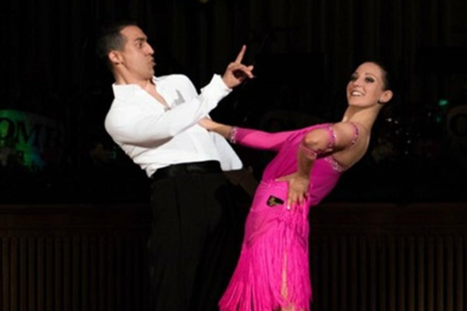 Jenny (Müller) und Jonatan Rodríguez Pérez, als sie noch Profitänzer waren und dreimal hintereinander von 2015 bis 2017 Deutsche Meister der Zehn Tänze wurden. Damals hatte sie noch schwarze Haare.