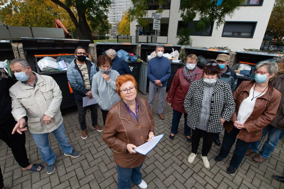 Ulla Illmer (vorne) und weitere Bewohner der Pfotenhauerstraße 32, 34 und 36 haben sich wegen der Müllprobleme vor ihrem Haus in einem Offenen Brief an den OB gewandt.