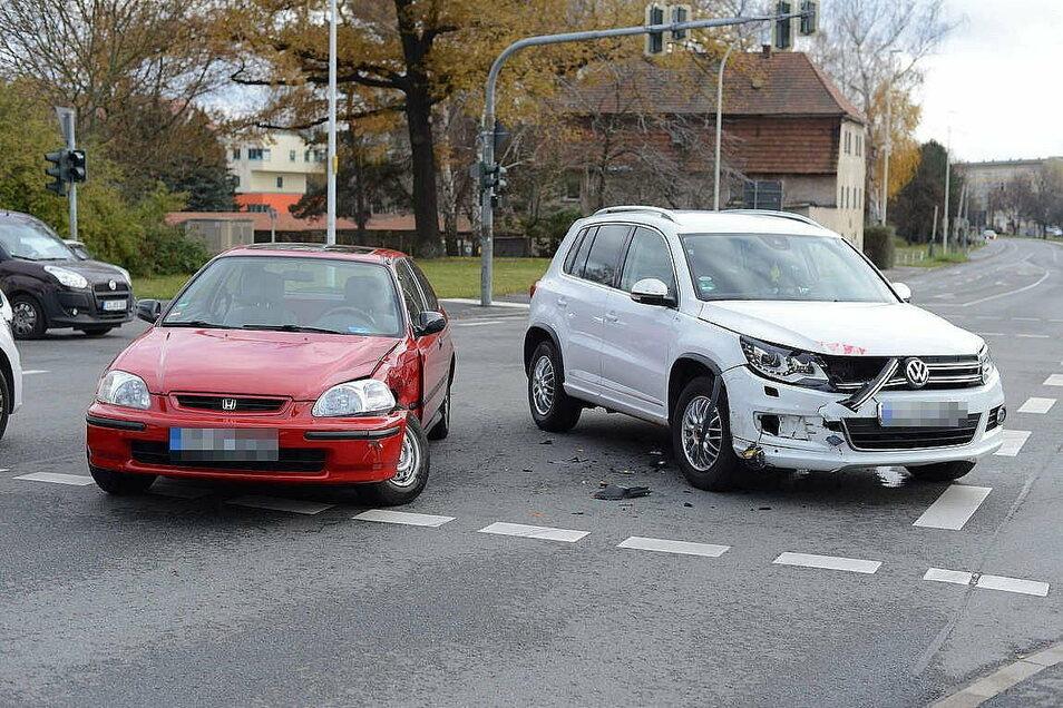 Bei dem Unfall am Montag sind ein Honda und ein VW zusammengestoßen.