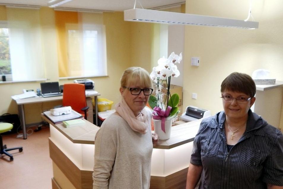 Am Freitag hatten auch Dr. Simone Krause (r.) und Arzthelferin Sylvia Petschel noch alle Hände voll zu tun, um den Start in den neuen Räumen am Montag vorzubereiten. Auch Techniker waren noch vor Ort. Die Praxisräume sind nun deutlich größer.