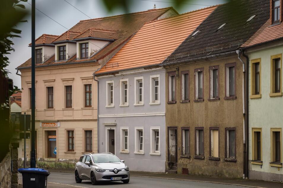 Die Großenhainer Straße 42 (graue Fassade, neues Dach) soll einmal das Wohnhaus von Familie Rosenfeld werden.