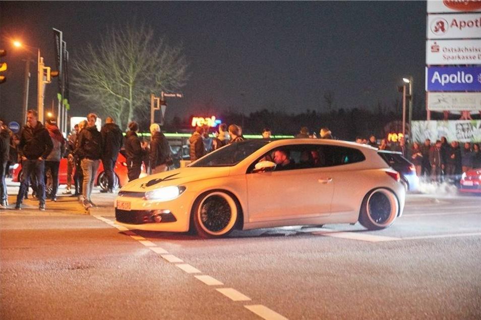 Mehr oder weniger getunte Karossen fuhren am Freitagabend auf den Real-Parkplatz in Heidenau.
