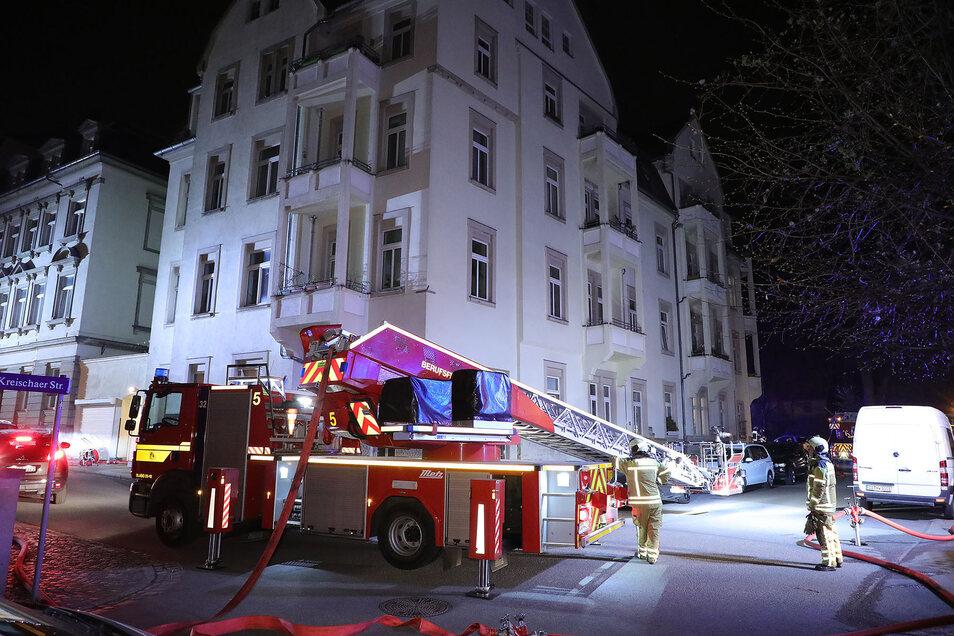 Die Dresdner Feuerwehr versucht in der Nacht zum Sonntag, einen Brand in einem Wohnhaus unter Kontrolle zu bringen.
