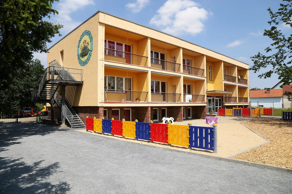 Das Kinderhaus in Frauenhain ist ein Plattenbau aus DDR-Zeiten, der sanierungsbedürftig ist, auch wenn er äußerlich intakt scheint.