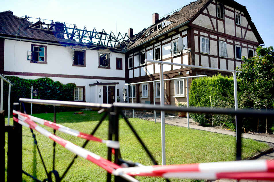 Das Umgebindehaus von Familie Gläser in Olbersdorf ist bei einem Brand am vergangenen Sonnabend fast völlig zerstört worden.