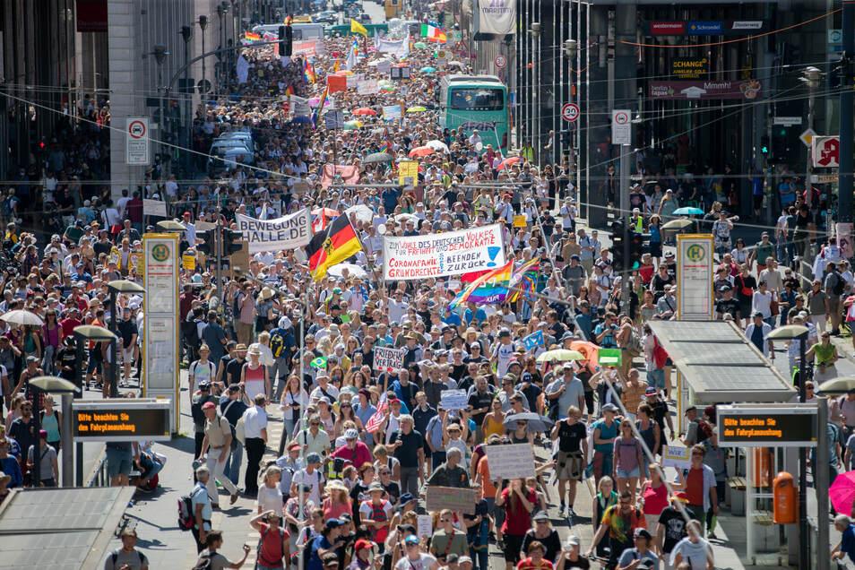 Bei der Demo ziehen Tausende Corona-Leugner durch Berlin.