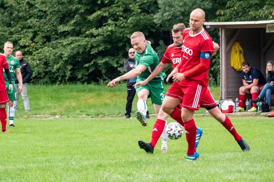 Matthias Engler (grünes Trikot) erzielte zwei Tore für die Mochauer. Dennoch reichte es gegen Medizin Zschadraß nur zu einem Unentschieden.