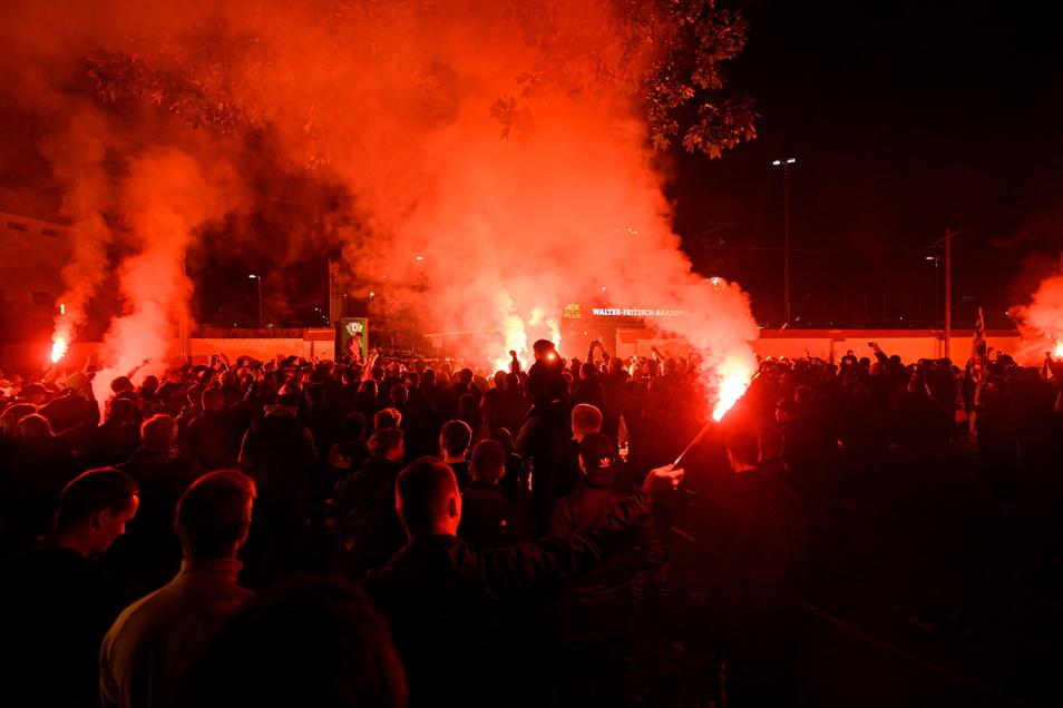Dynamos Spieler werden von Fans vor dem Trainingszentrum nach dem Gewinn der Drittliga-Meisterschaft und der Ankunft aus Wiesbaden mit Bengalos empfangen.