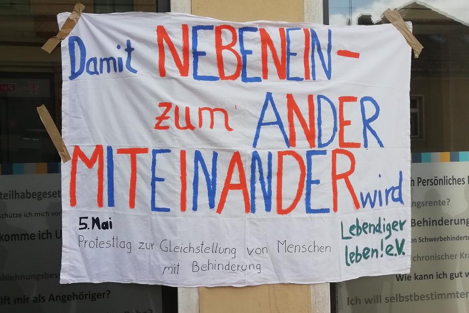 """Mit diesem Transparent machte der Verein """"Lebendiger leben"""" am Dienstag an der Bautzner Straße in Kamenz auf die Defizite aufmerksam, die es immer noch in der Umsetzung der UN-Behindertenrechtskonvention gibt."""