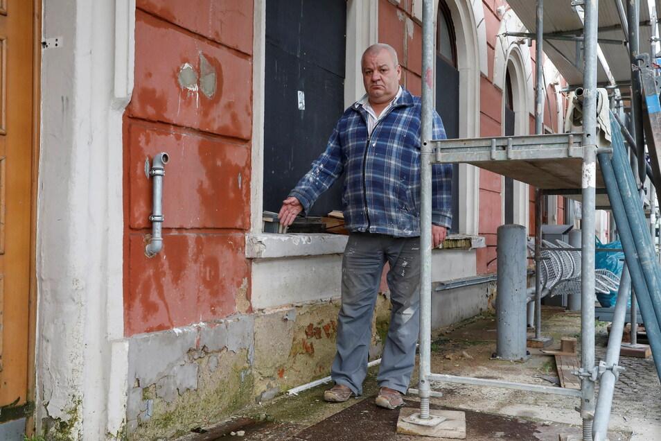 Bauleiter Uwe Sickert zeigt einen der Wasserschäden an der Bahnhofsfassade, der sich bis ins Innere zieht.