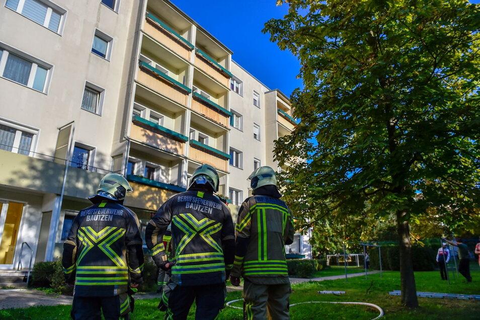Zu einer Wohnung (Balkon oben Mitte rechts) im Bautzener Gesundbrunnen rückte die Polizei am Wochenende aus. Dort brannten Blumenkästen.