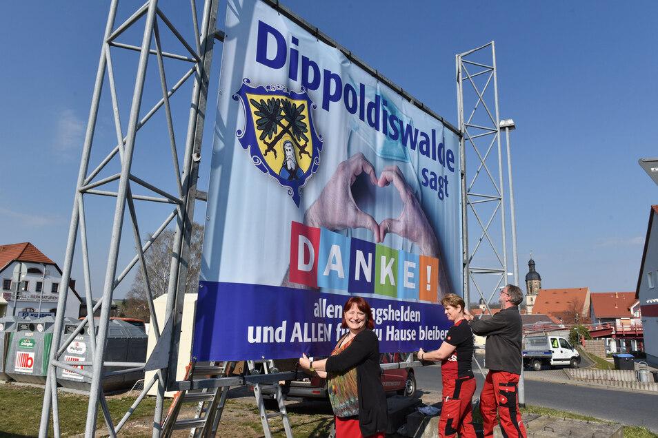 Oberbürgermeisterin Kerstin Körner (v.l.), Steffi Schubert und Michael Kosch beim Anbringen des Dankeschön-Plakats in Dippoldiswalde.