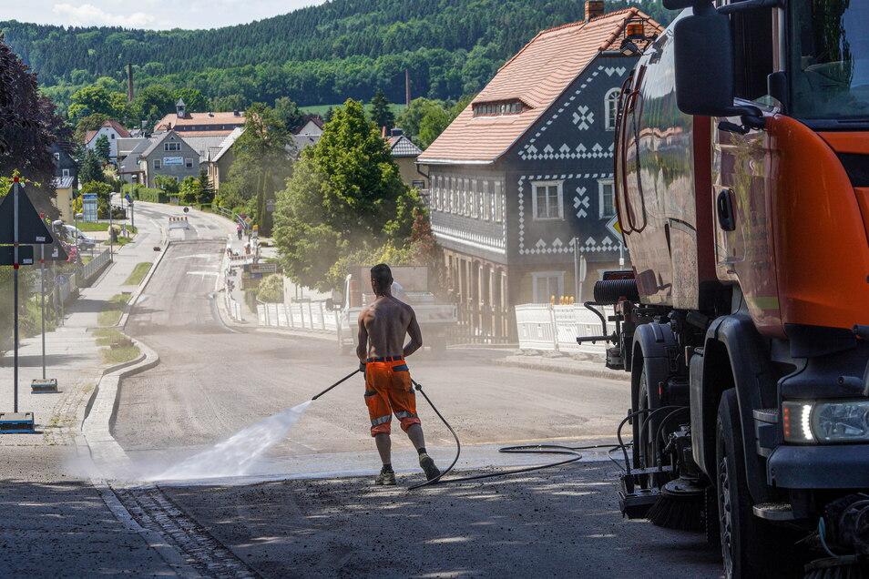 Einen knappen Monat nach Baubeginn sind die Arbeiten auf der B 98 in Wehrsdorf schon gut vorangekommen.