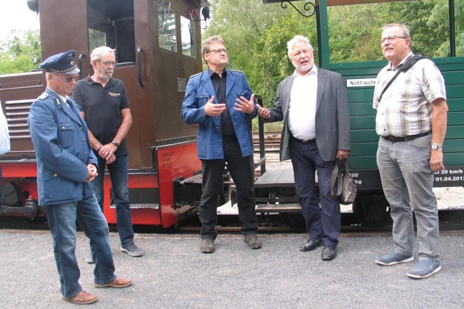 Ein Denkmal mit dem anderen verbinden, darin sind sich Vereinsvorsitzender Olaf Urban (Mi.) und Landesdenkmalpfleger Udo Frenschkowski (2.v.re.) einig.