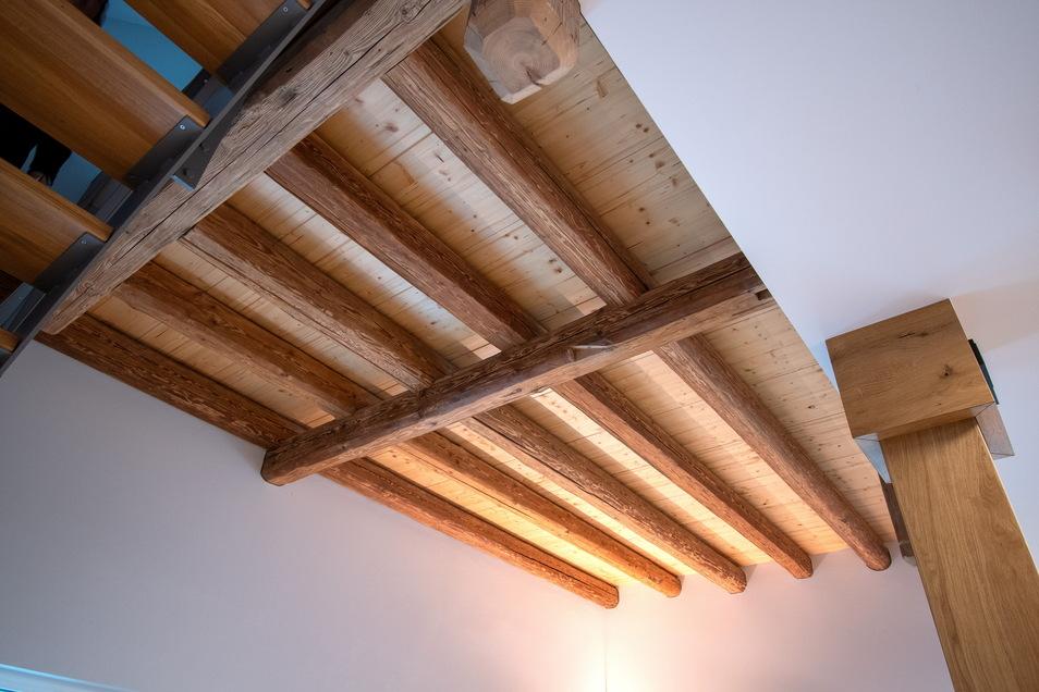 Vor allem die alten Balken haben die Bauherren erhalten und in ihr Konzept für Wohn- und Firmen-Präsentationsräume einbezogen.