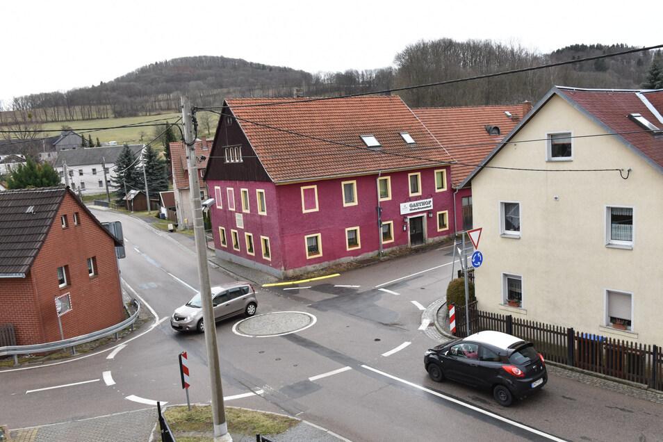 Die Kreuzung mit Mini-Kreisverkehr in Niederfrauendorf.