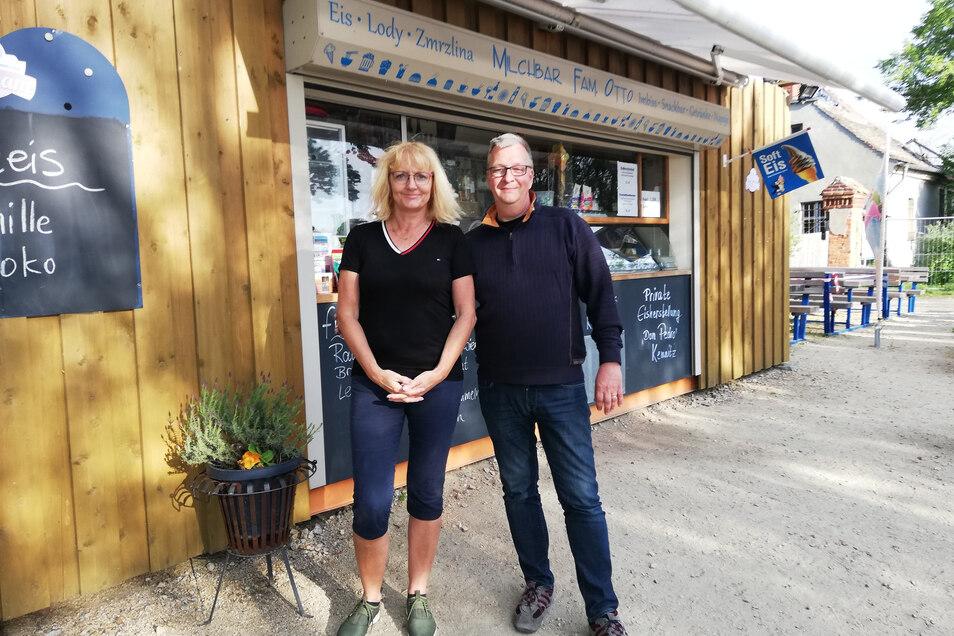 Martina und Bernd Otto betreiben in Deutsch Ossig die Milchbar Otto. Sie bieten Eis, Kaffee und Kuchen sowie Imbiss an.