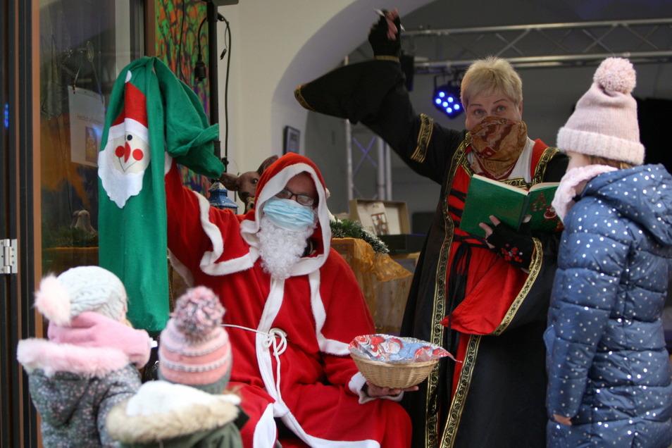 """Weihnachtsmann im """"Kauf in Pirna""""-Lädchen: Kleine Geschenke für die Knöpfe-Sucher."""