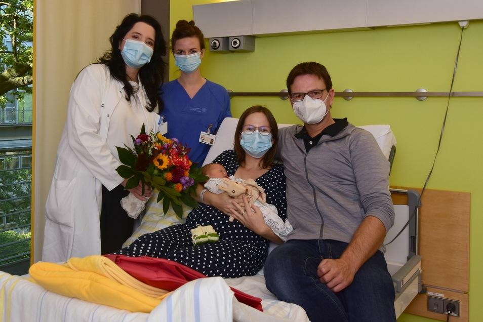 Prof. Pauline Wimberger und Hebamme Delia Förster begrüßen Anton, das 2.000. Baby des Jahres am Uniklinikum, und beglückwünschen seine Eltern.