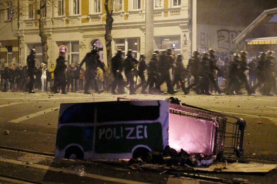 Linke und die Polizei lieferten sich zu Silvester eine Straßenschlacht am Connewitzer Kreuz in Leipzig.
