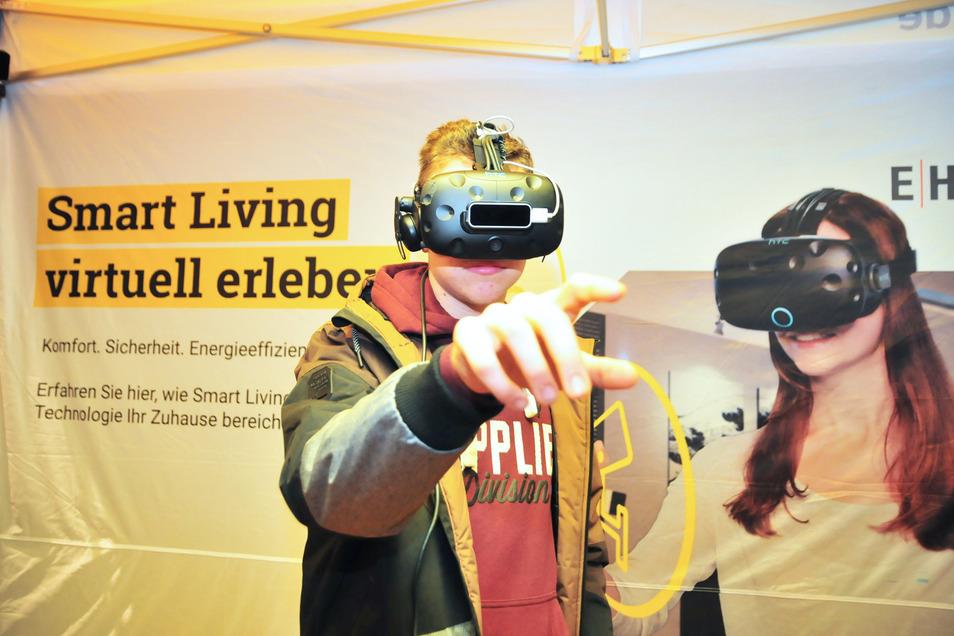 Mit der VR-Brille die virtuelle Welt ergründen: Beim Ausbildungsmarkt am Sonnabend wollen Aussteller den künftigen Schulabgängern buchstäblich die Augen öffnen, welche Möglichkeiten es gibt.