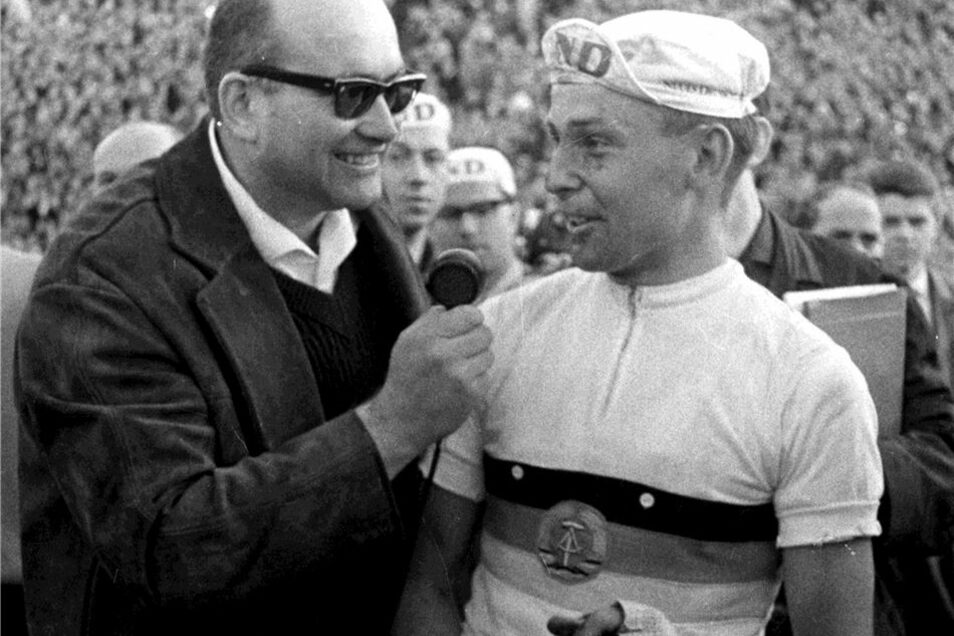 Reporter Heinz-Florian Oertel befragt den 1968er Sieger Axel Peschel.