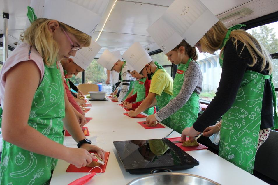 Kochbus in der Grundschule Nünchritz mit Schülern der Klassen 3a und 4a. Koch Martin Schneider und Lehrerin Püschel Foto: Jörg Richter