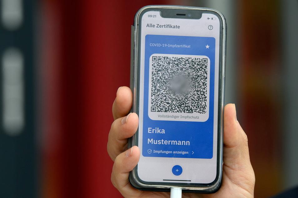 Digital statt auf Papier: Mit der App Covpass sollen Geimpfte einfacher ihren Impfschutz nachweisen können. Aber wer überträgt bereits ausgestellte Nachweise auf Papier?