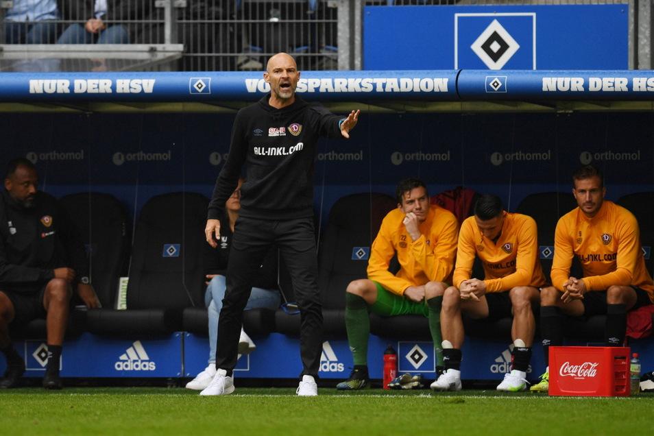Alexander Schmidt versucht seiner Mannschaft am Spielfeldrand zu unterstützen.