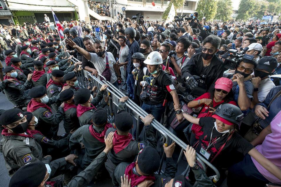 Polizisten halten regierungskritische Demonstranten in Bangkok davon ab, in das Regierungsgebäude einzudringen.