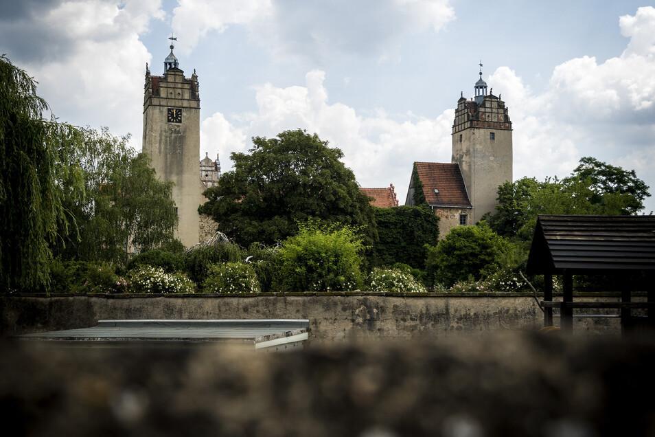 Die Schlosstürme in Strehla von der B 182 am Tierpark aus gesehen. Von Weitem wirken sie noch recht intakt.