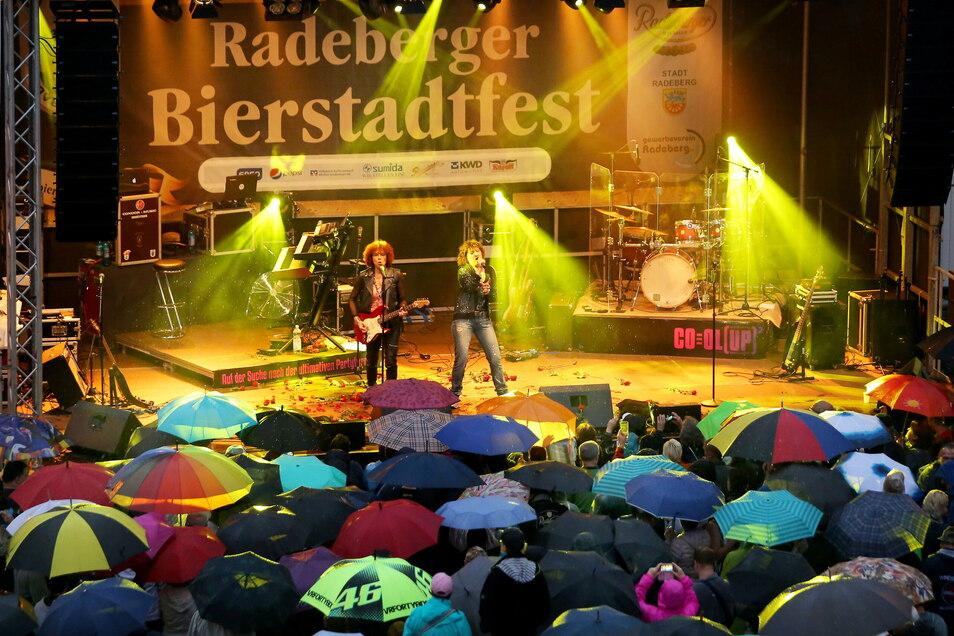Live-Musik auf mehreren Bühnen, so wie hier 2017 mit Cora, soll es beim Radeberger Bierstadtfest auch in diesem Jahr geben - allerdings zu einem späteren Zeitpunkt als üblich.