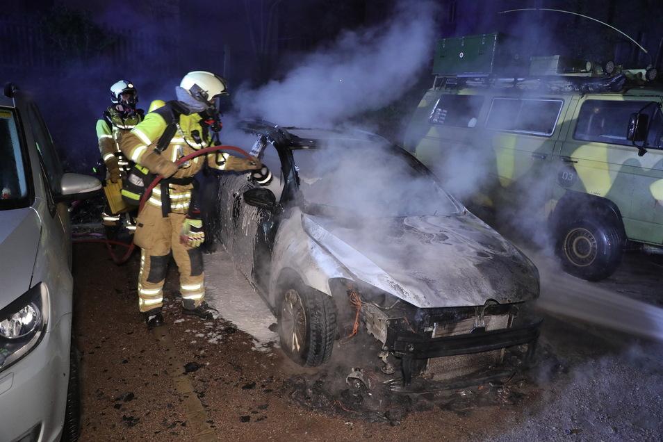 Die Feuerwehr löschte die brennenden Autos.