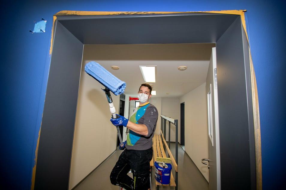 Hausmeister Marcel Thierbach renoviert mit seinen Kollegen Räume im unteren Bereich der Hartharena. Die Mitarbeiter des Kultur- und Sportbetriebes nutzen den Lockdown, um nach 13 Jahren frische Farbe an die Decken und Wände zu bringen.