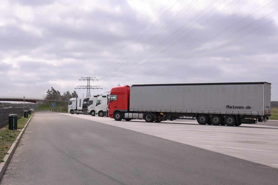 Mehrere Lkw mussten Beschädigungen ihrer Plane hinnehmen - so wie hier am Parkplatz Finkenberg.