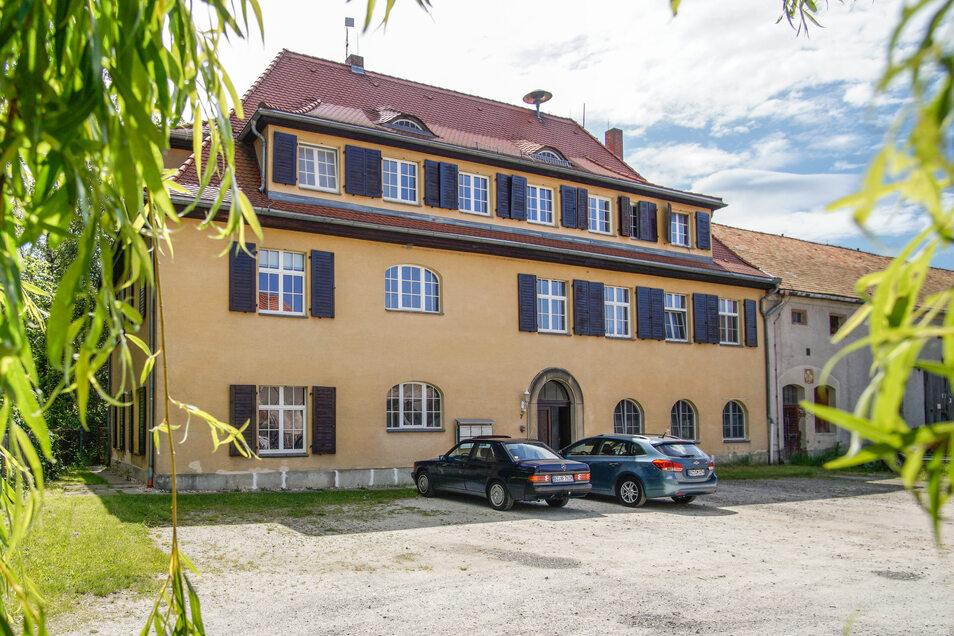 Lage und Aussehen des Herrenhauses laden zum Träumen ein. Zum Wohnen ist der Standard aber nicht mehr zeitgemäß.