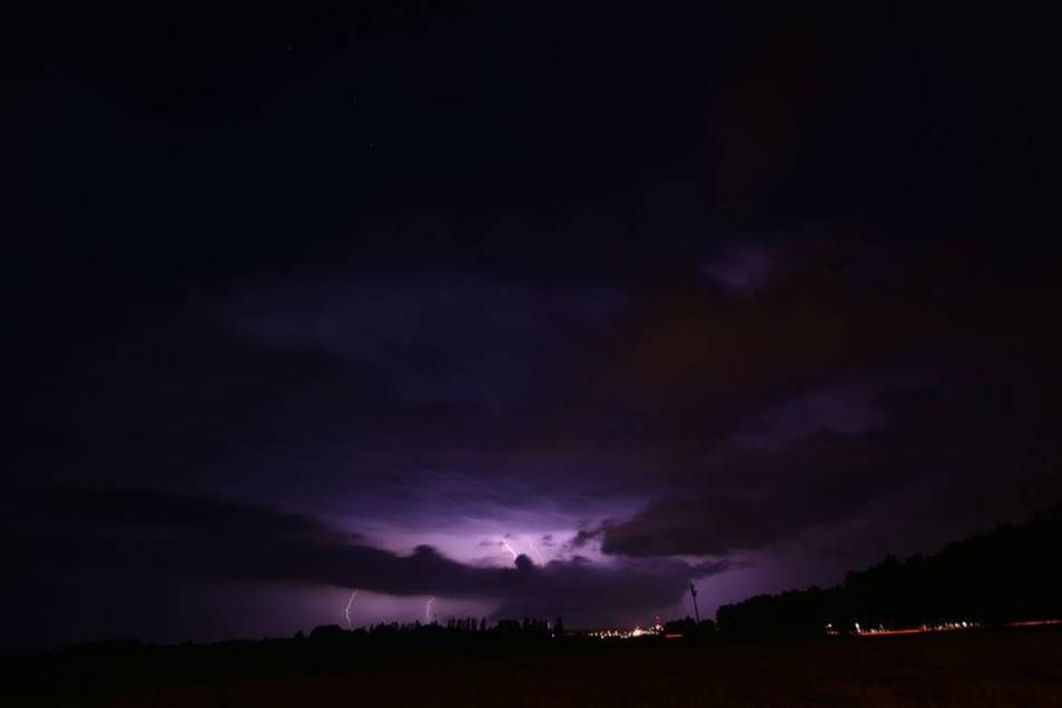 Unwetter im Landkreis: Blitze und dunkle Wolken über Bautzen.