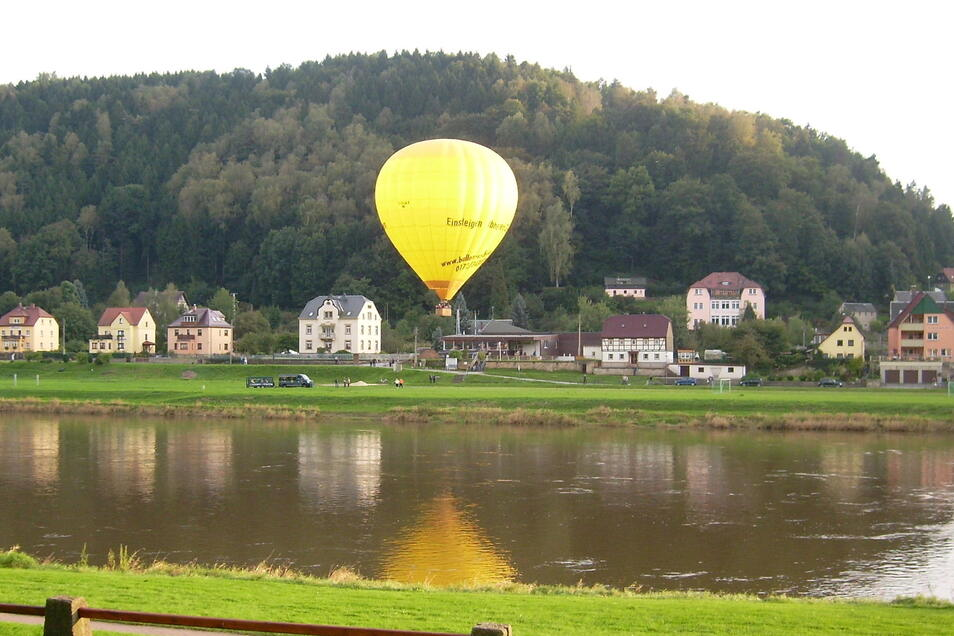 Heißluftballon in Krippen. Ein ähnlicher Ballon wurde in Lohmen bei einem Zwischenfall beschädigt.